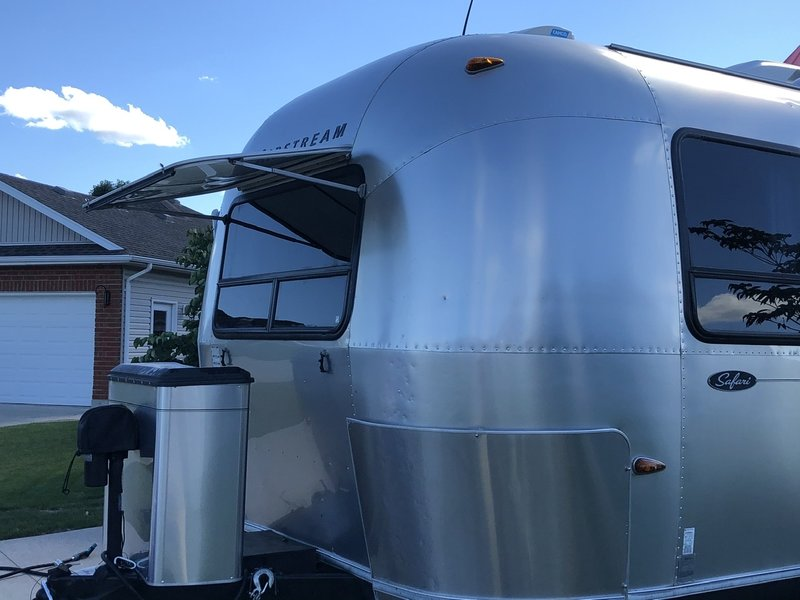 2004 Airstream Safari S25B WB Queen/ side wall